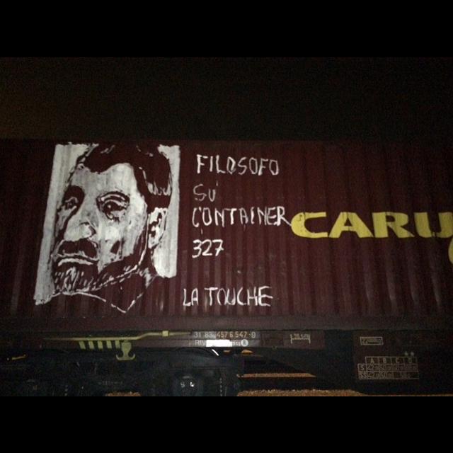 Filosofi su rotaia: così uno street artist ridisegna la